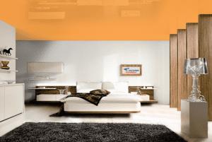 Оранжевый - цвет глянцевого натяжного потолка в интерьере