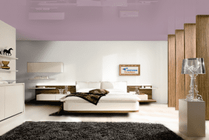 Фиолетовый - цвет глянцевого натяжного потолка в интерьере