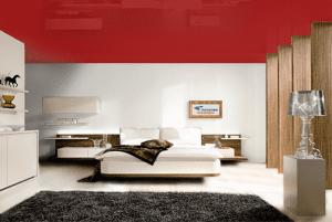 Темный красный - цвет глянцевого натяжного потолка в интерьере