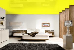 Желтый - цвет глянцевого натяжного потолка в интерьере