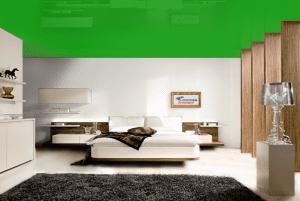 Зеленый - цвет глянцевого натяжного потолка в интерьере