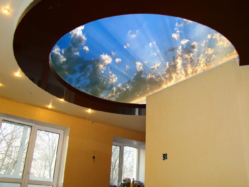 Бежевый натяжной потолок с фотопечатью Небо и облака в черной каемке