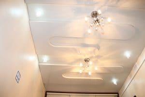 Белый натяжной потолок со вставками