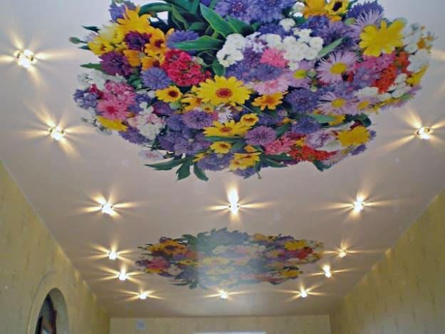 Натяжной потолок с фотопечатью Цветы и светильники