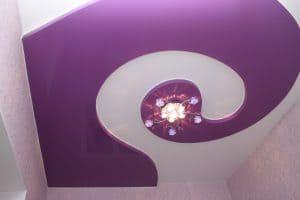 Фиолетовый и белый сатиновый натяжной потолок