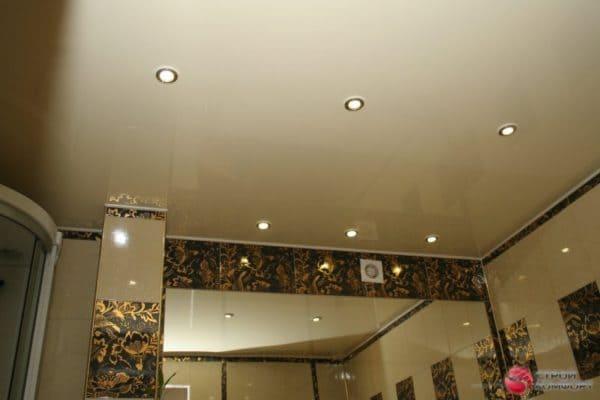 Глянцевый натяжной потолок со светильниками - галерея работ Строй Комфорт
