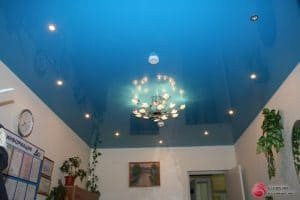 Глянцевый синий натяжной потолок - галерея работ Строй Комфорт