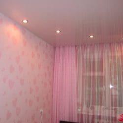 Глянцевый белый натяжной потолок с розовыми светильниками - галерея работ Строй Комфорт