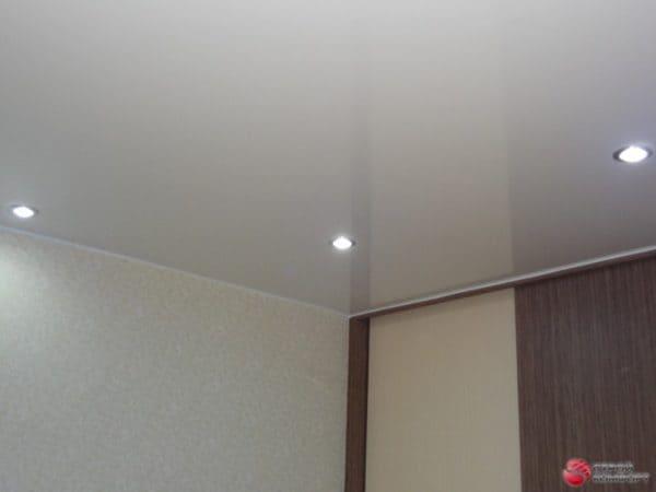 Глянцевый белый натяжной потолок со светильниками- галерея Строй Комфорт