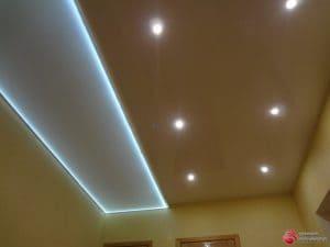 Глянцевый коричневый с белым натяжной потолок со светильниками- галерея Строй Комфорт