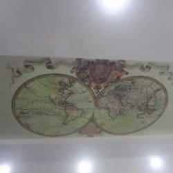 Двухуровневый матовый натяжной потолок с фотопечатью Карта мира - галерея Строй Комфорт