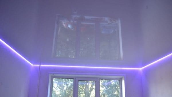 Белый глянцевый натяжной потолок с сиреневой подсветкой