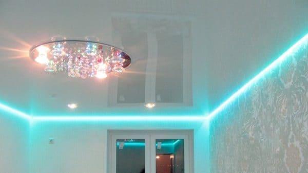 Белый глянцевый натяжной потолок с голубой подсветкой