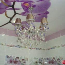 Белый натяжной потолок с фотопечатью Цветы - галерея Строй Комфорт