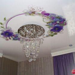 Натяжной потолок с фотопечатью Цветы вокруг светильника - галерея Строй Комфорт