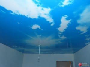 Глянцевый натяжной потолок с фотопечатью Небо с облаками - галерея Строй Комфорт