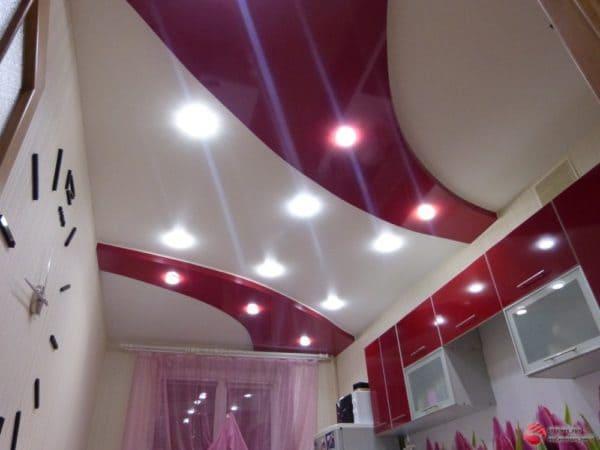 Матовый натяжной потолок с красной вставкой - галерея Строй Комфорт