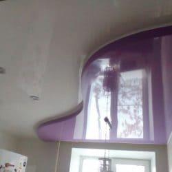 Глянцевый натяжной потолок с фиолетовой вставкой - галерея работ Строй Комфорт