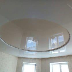 Глянцевый натяжной потолок с бежевой вставкой - галерея Строй Комфорт