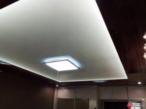 Матовый белый натяжной потолок с черной вставкой- галерея Строй Комфорт