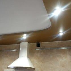 Глянцевый белый натяжной потолок с коричневой вставкой- галерея Строй Комфорт