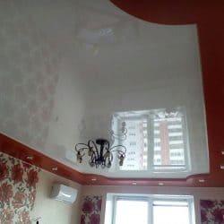 Глянцевый красный с белым натяжной потолок - галерея Строй Комфорт