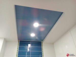 Белый натяжной потолок с голубой вставкой - галерея работ Строй Комфорт