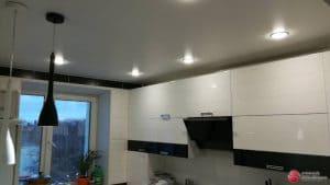 Белый натяжной потолок со светильниками - галерея работ Строй Комфорт