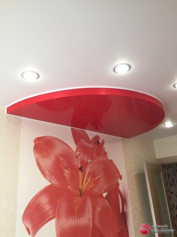 Натяжной потолок с красным полукруглым элементом - галерея работ Строй Комфорт