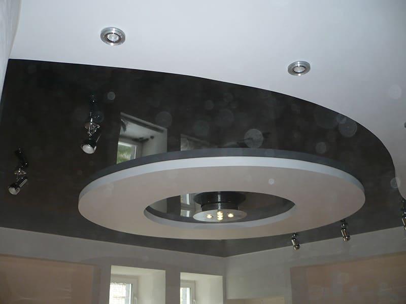 Черный натяжной потолок с круглой вставкой