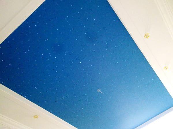 Голубой мерцающий натяжной потолок