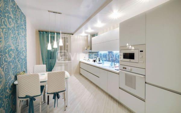 Белый глянцевый натяжной потолок на кухне