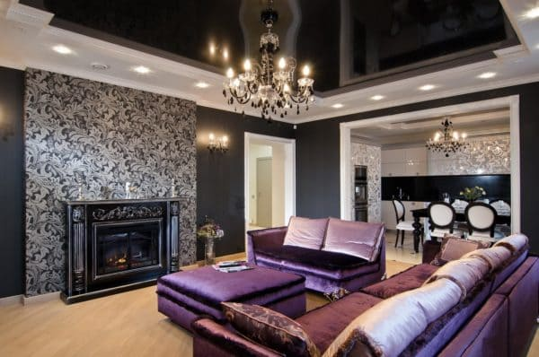 Черный глянцевый натяжной потолок в гостиной