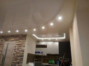 Двухуровневый белый бежевый натяжной потолок