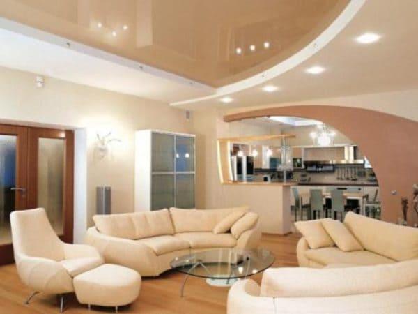 Двухуровневый белый бежевый натяжной потолок в квартире студии