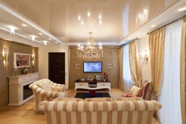 Бежевый глянцевый натяжной потолок в гостиной