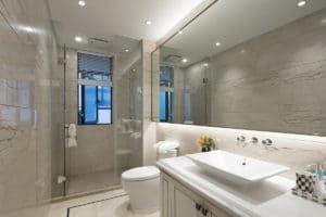 Глянцевый белый натяжной потолок в ванной